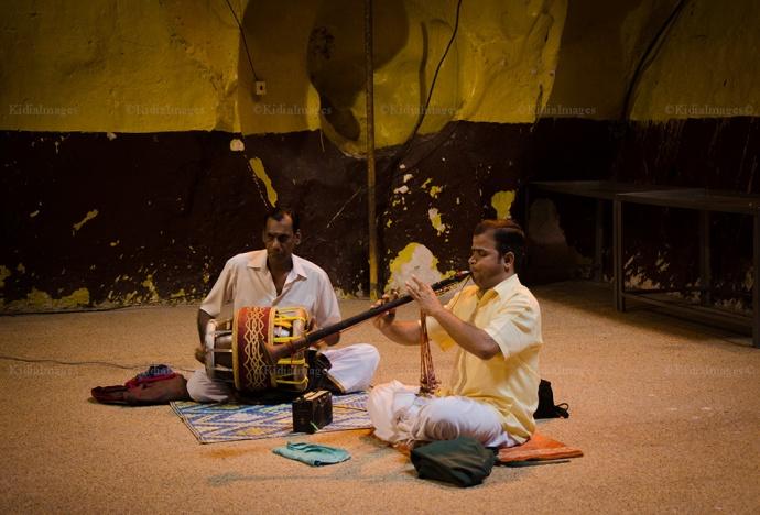 Dua Orang lagi memainkan musi musik india