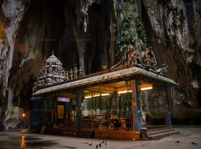 Sebuah Banguna terdapat di ujung Gua Batu caves